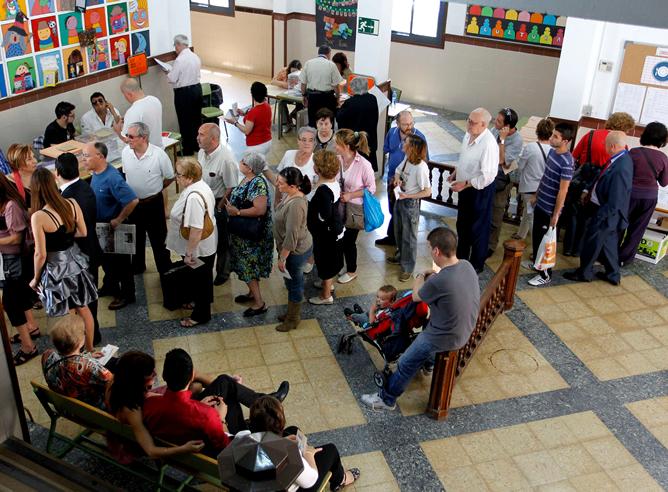 Personas en un colegio electoral en el distrito martítimo de Valencia