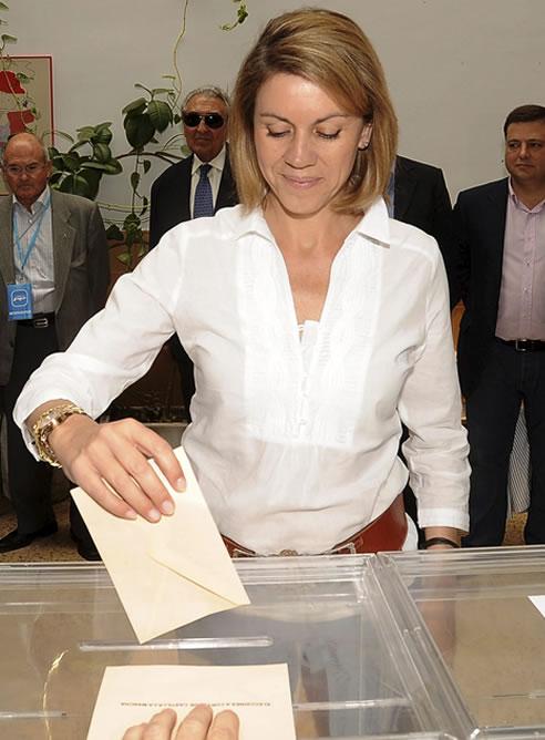 La candidata del PP a la Presidencia de Castilla-La Mancha, María Dolores de Cospedal, deposita su voto