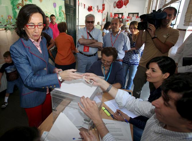 La ministra de Medio Ambiente, Rural y Marino, Rosa Aguilar, deposita su voto en una mesa electoral de Córdoba.
