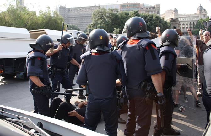 Muchos jóvenes han optado por tumbarse en el suelo y resistir de forma pacífica al desalojo