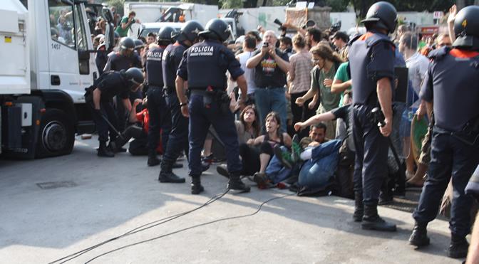Antes de la carga policial algunos jóvenes han pinchado las ruedas de los camiones de limpieza para evitar que entrasen en la plaza