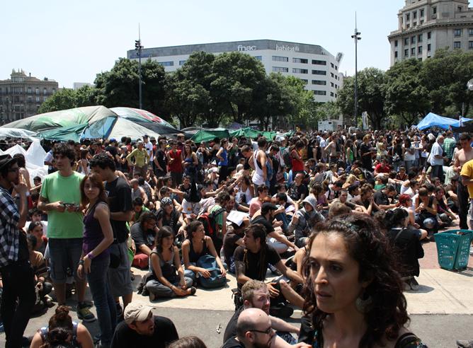 Los 'indignados' continúan en la Plaza Cataluña de Barcelona