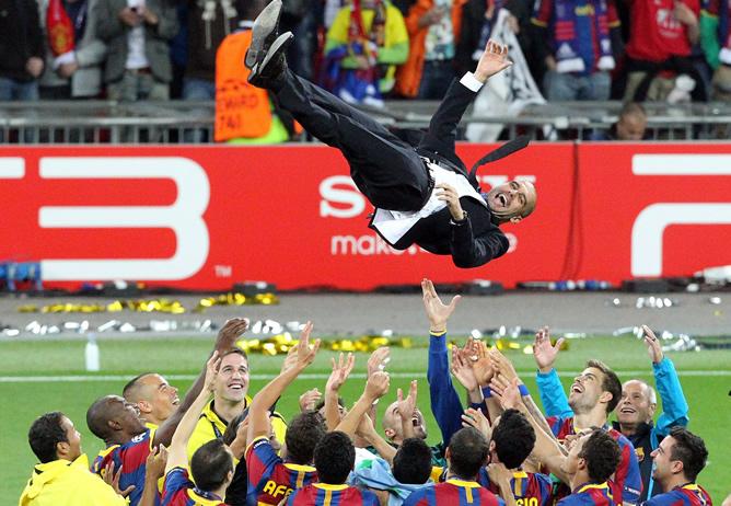 Los jugadores del FC Barcelona elevan a su técnico, Josep Guardiola tras la final de la Liga de Campeones de la UEFA contra el Manchester United en el estadio de Wembley en Londres (Reino Unido)