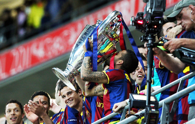 El jugador del FC Barcelona Dani Alves (c) celebra con el trofeo hoy, sábado 28 de mayo de 2011, tras la final de la Liga de Campeones de la UEFA contra el Manchester United en el estadio de Wembley en Londres (Reino Unido). El FC Barcelona ganó 3-1 y se coronó como nuevo campeón de Europa