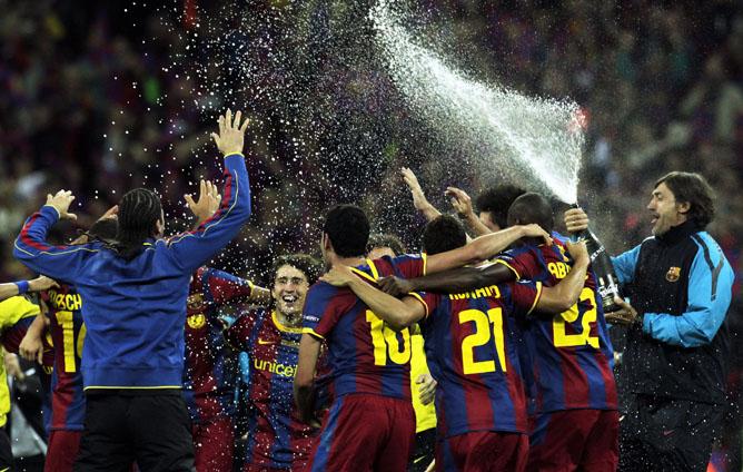 Los jugadores del FC Barcelona celebran la victoria con cava
