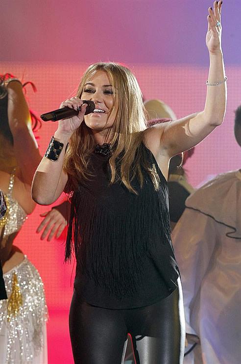 Un momento de la actuación, esta noche, de la cantante española Amaia Montero en la gala de entrega de los Premios 40 Principales 2011