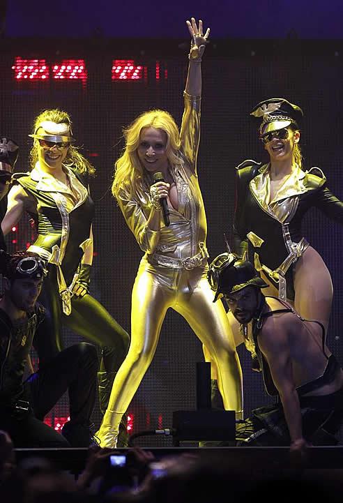 La cantante española Marta Sánchez, durante su actuación hoy en el Palacio de los Deportes de Madrid,