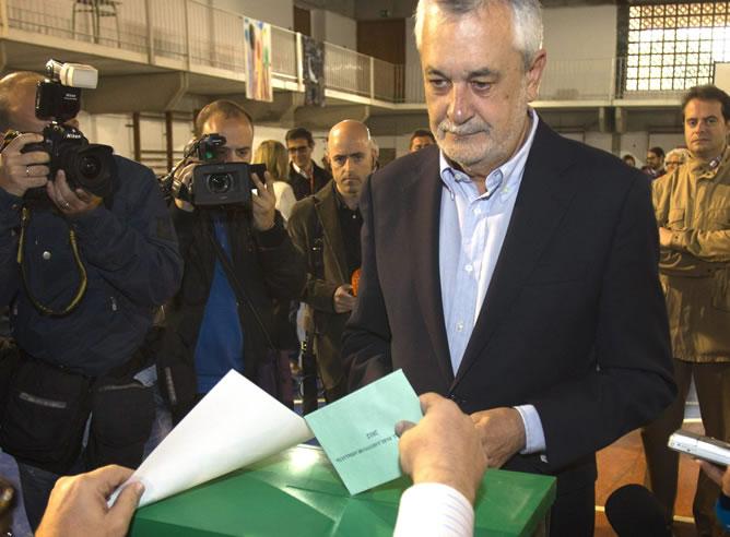 El candidato del PSOE por Andalucía, José Antonio Griñán, vota en un colegio electoral de Mairena del Aljarafe (Sevilla)