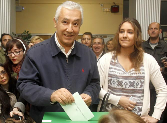 El candidato del PP a la Presidencia de la Junta de Andalucía, Javier Arenas, junto a su hija Marta, vota en un colegio electoral de Sevilla