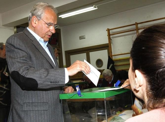 Alfonso Guerra vota en un colegio electoral en Sevilla