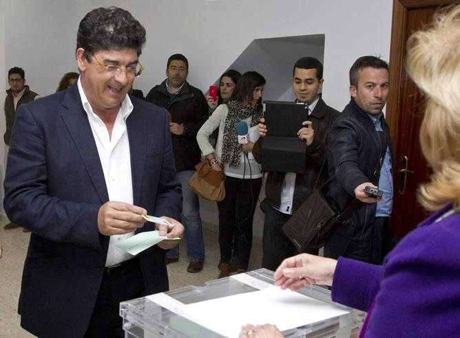 El coordinador general de IULV-CA y candidato a la Presidencia de la Junta de Andalucía, Diego Valderas, vota en un colegio electoral de Bollullos Par del Condado (Huelva)
