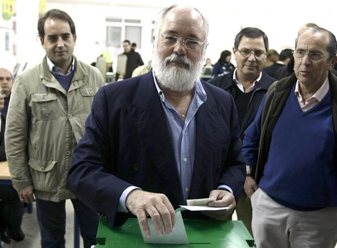 El ministro de Agricultura, Miguel Arias Cañete, vota en un colegio electoral de Jerez de la Frontera (Cádiz)