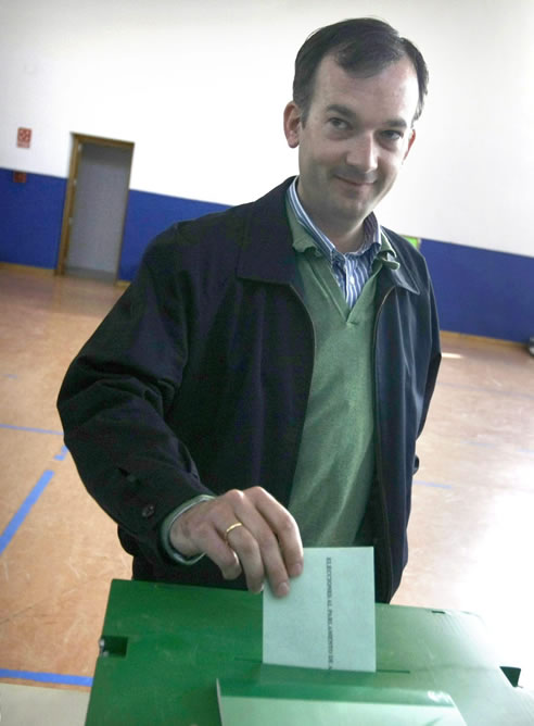 El candidato de UPyD a la Presidencia de la Junta de Andalucía, Martín de la Herrán, vota en un colegio electoral de Jerez de la Frontera (Cádiz)