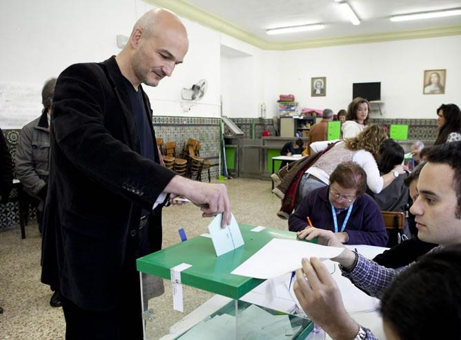 El candidato a la Presidencia de la Junta de Andalucía por EQUO, Esteban de Manuel, vota en el colegio electoral de Sevilla (EFE)