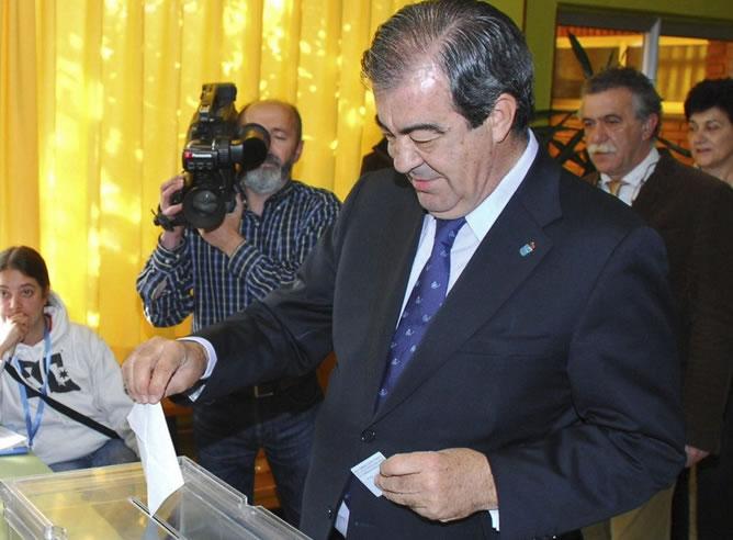 El candidato a la Presidencia del Principado, Francisco Álvarez-Cascos, que ha votado hoy en el Colegio Público Ramón Muñoz de Luarca (EFE)