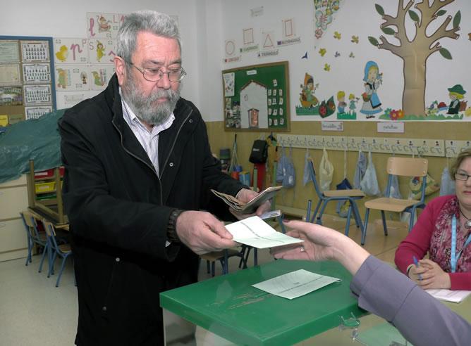 El secretario general de UGT, Cándido Méndez, vota en un colegio electoral de Jaén (EFE)