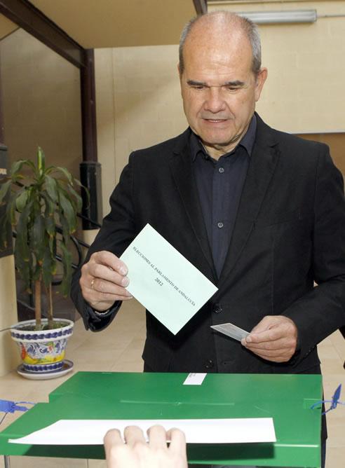 El expresidente de la Junta de Andalucía, Manuel Chaves, vota en un colegio electoral de Sevilla (EFE)
