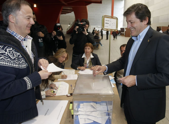 El candidato del PSOE a la presidencia de Asturias, Javier Fernández, ha votado en un colegio electoral de Gijón