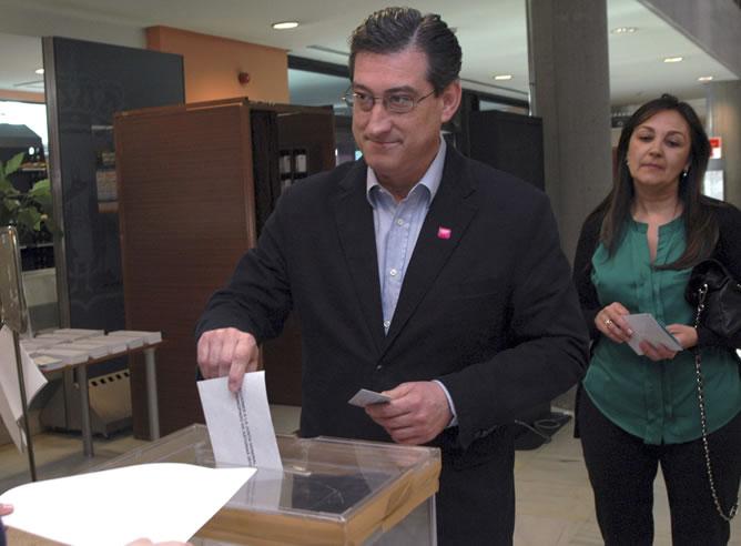 El candidato de UPyD a la Presidencia del Principado de Asturias, Ignacio Prendes, vota en Gijón