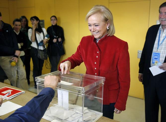 La candidata del PP a la Presidencia del Principado de Asturias, Mercedes Fernández, vota en un colegio de Gijón durante la jornada electoral (EFE)