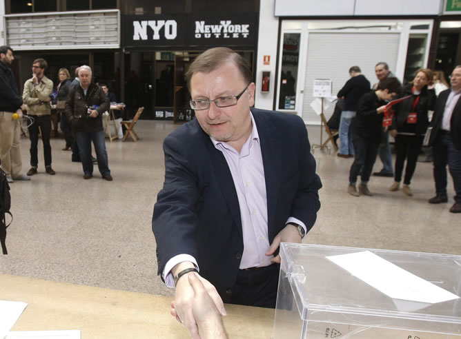 El candidato de IU a la Presidencia del Principado de Asturias, Jesús Iglesias, vota hoy en un colegio de Gijón durante la jornada electoral (EFE)
