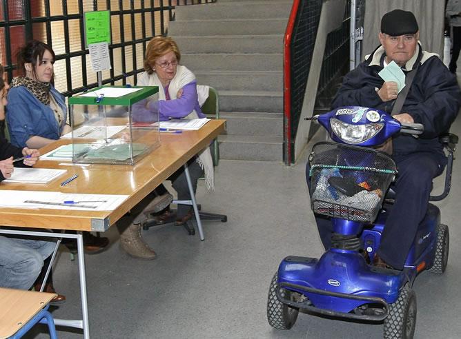 Un vecino de Sevilla ejerciendo su derecho al voto