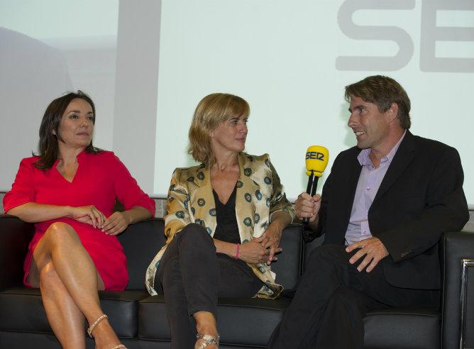 Pepa Bueno y Gemma Nierga escuchan a su compañero Javier del Pino durante la presentación
