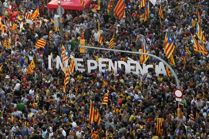 """Bajo el lema """"Cataluña, nuevo Estado de Europa"""", la manifestación recorre las calles del centro de Barcelona"""