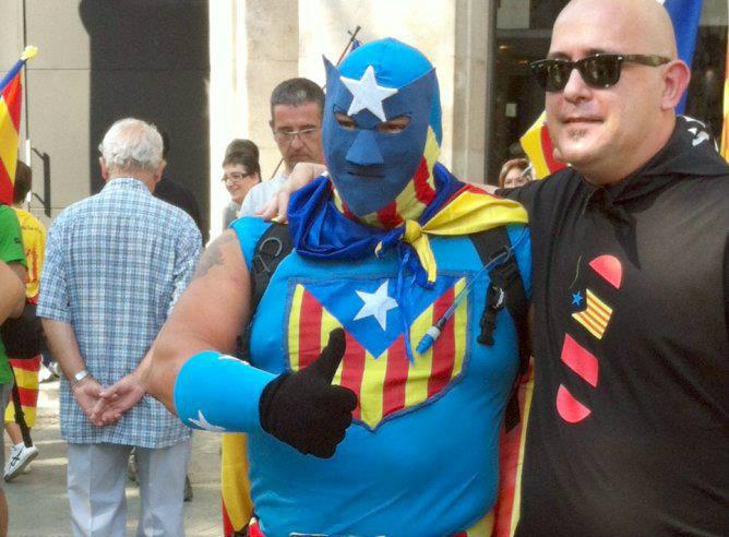 Miles de personas participan en la manifestación independentista, entre ellos, un ciudadano vestido de 'superhéroe catalán'