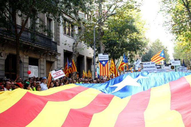 """Los catalanes portan pancartas en las que se puede leer, por ejemplo, """"Yes, we CAT"""""""