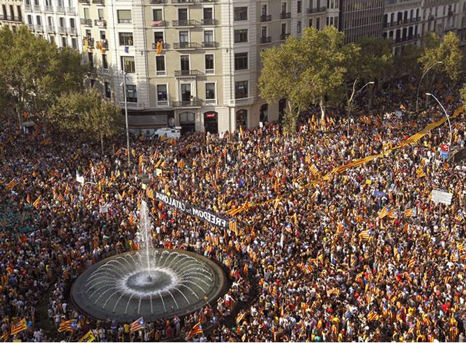 """Miles de catalanes participan en el centro de Barcelona en una manifestación independentista bajo el eslogan """"Cataluña, nuevo Estado de Europa"""""""
