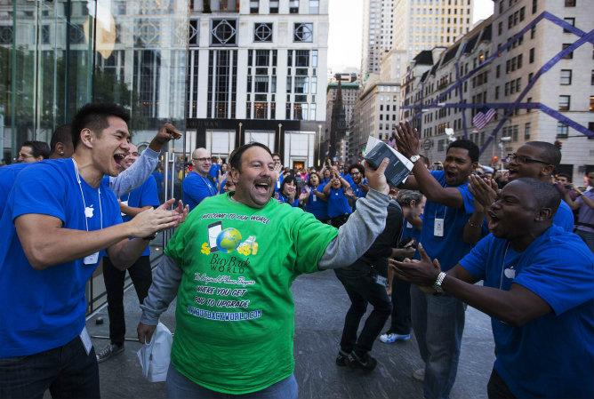 Un fan de Apple sale de la tienda de la 5ª Avenida después de comprar un iPhone 5