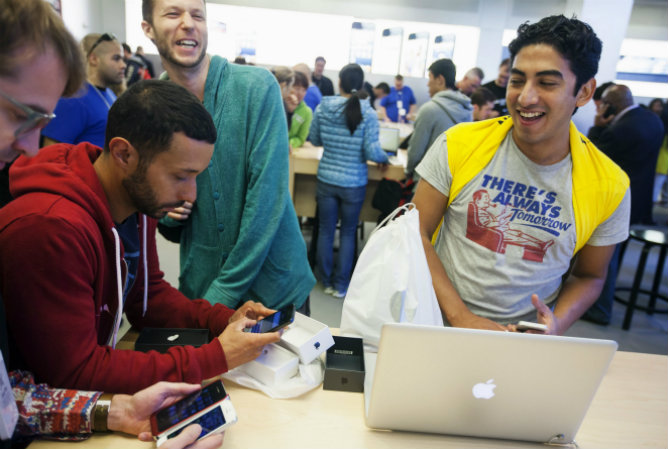 Los clientes después de comprar su iPhone 5 en el interior de la tienda de Apple en la 5ª Avenida en Nueva York