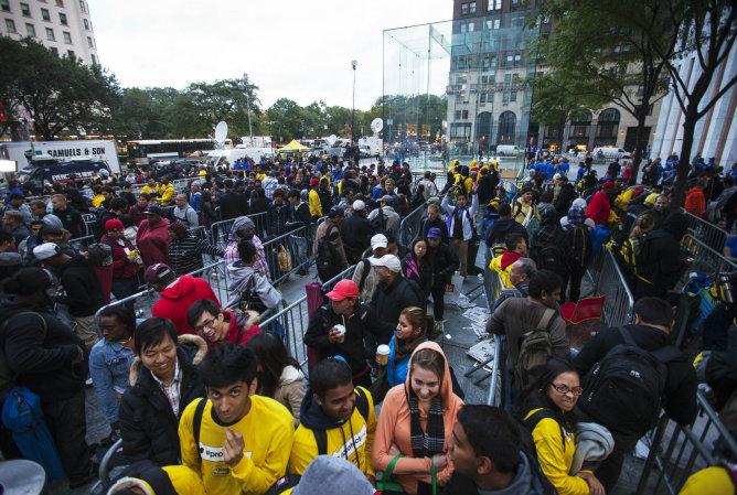 Largas filas de fans de Apple para entrar en la tienda de la manzana en la 5ª Avenida en Nueva York