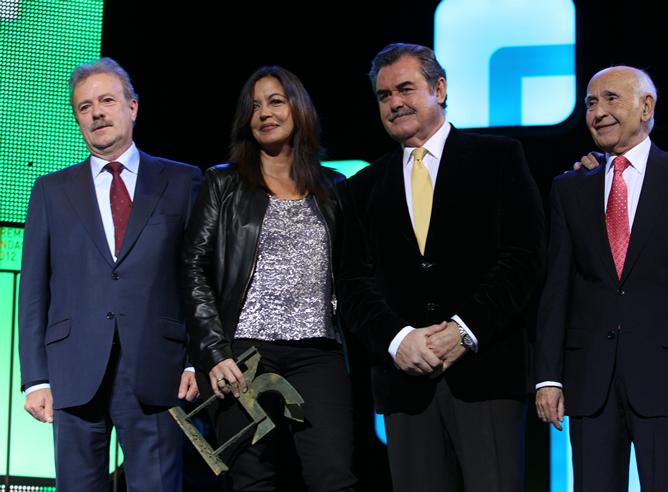 Angels Barceló recoge, en nombre de todos los periodistas que han hecho posible 'Hora 25' a lo largo de su historia, el premio a la trayectoria profesional al programa informativo de la Cadena SER que cumple 40 años.