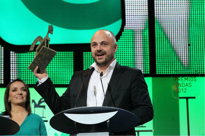 El presentador de 'Buenos Días, Javi Nieves' de Cadena 100 recoge un Ondas 2012.