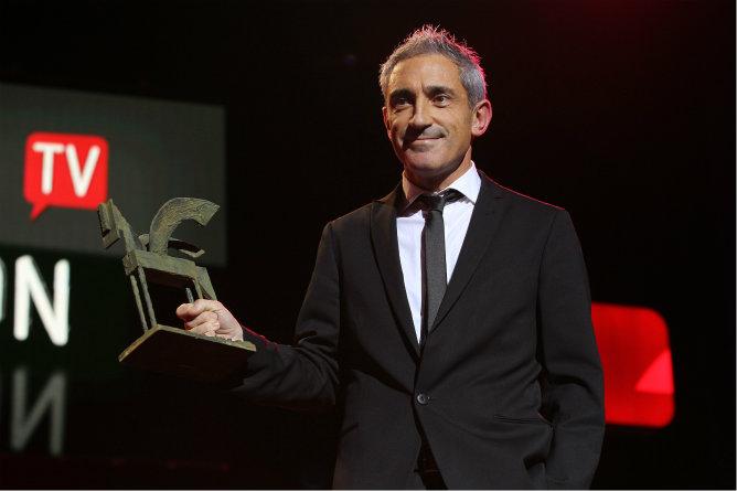 Jon Sistiaga sube al escenario para recoger el Ondas 2012 por la mejor cobertura especial o informativa