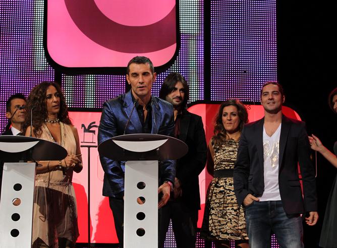 Jesús Vázquez, acompañado de parte del equipo de 'La voz', recoge el premio que reconoce al programa de música de Telecinco