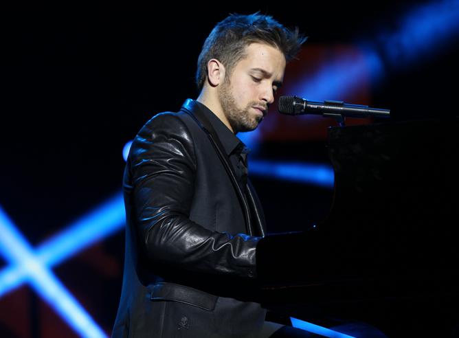 El cantante Pablo Alborán durante un momento de su actuación en la gala de los Ondas 2012