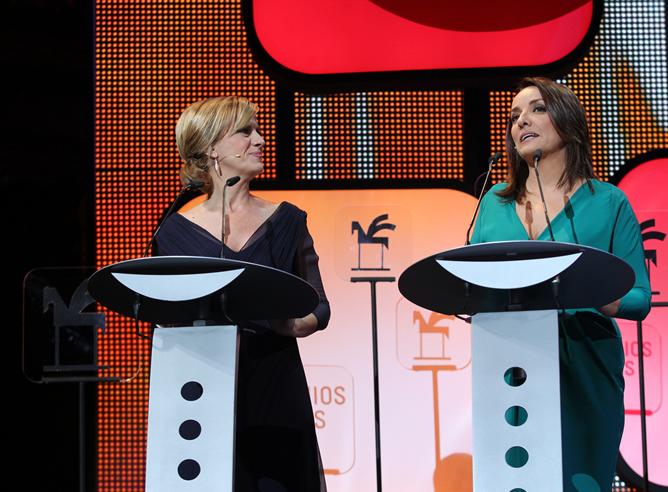 Las presentadoras del Hoy por Hoy, Gemma Nierga y Pepa Bueno, sobre el escenario de la gala de entrega de los Premios Ondas