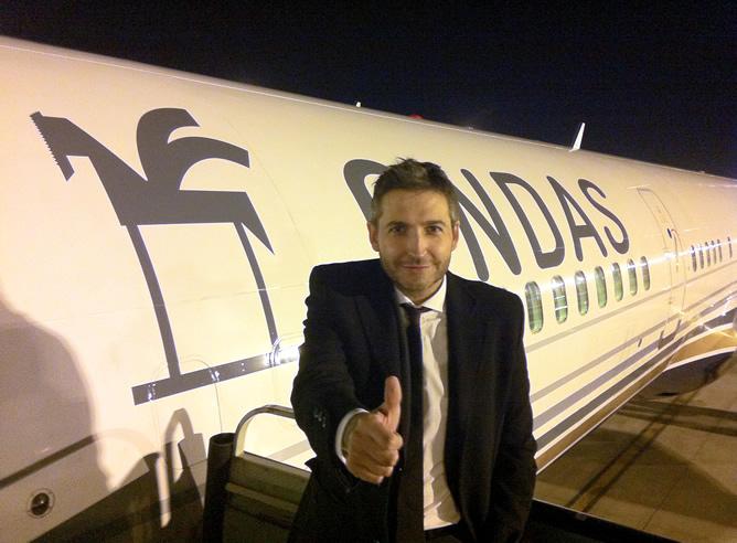 Frank Blanco, presentador de 'Atrévete' en la Cadena Dial y uno de los participantes en la gala de los Premios Onda, saluda antes de subirse al avión de vuelta a Madrid