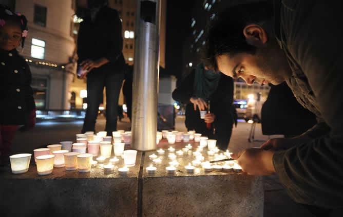 Ciudadanos y familiares de los alumnos encienden velas en memoria de las víctimas del tiroteo