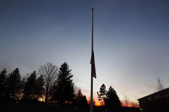 La bandera de Estados Unidos ondea a media asta como símbolo de luto tras la masacre en el colegio Sandy Hook