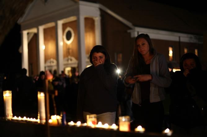 Ciudadanos, familiares y estudiantes del colegio recuerdan con una vigilia a los 27 fallecidos, entre ellos, 20 niños.