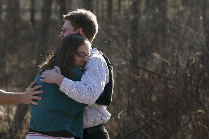 Dos familiares se abrazan fuera de la Escuela Primaria Sandy Hook después de un tiroteo en Newtown, Connecticut.