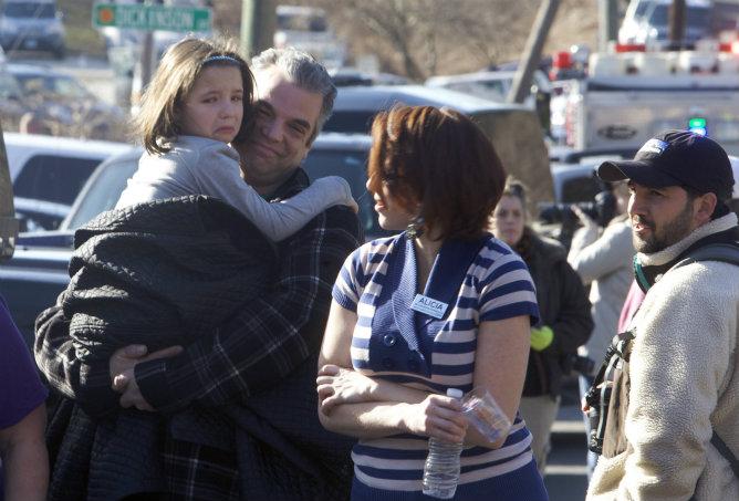 Los padres han acudido al colegio para recoger a sus hijos y comprobar que no estaban heridos, después de un tiroteo