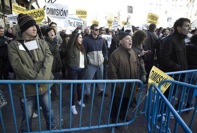 Numerosas personas se han concentrado hoy en los alrededores de la sede del PP, en la madrileña calle Génova, donde hoy celebra una reunión extraordinaria el Comité Ejecutivo Nacional del partido para responder por las informaciones del 'caso Bárcenas'.