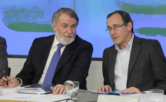 Jaime Mayor Oreja y Alfonso Alonso al inicio de una reunión extraordinaria del Comité Ejecutivo Nacional del PP.