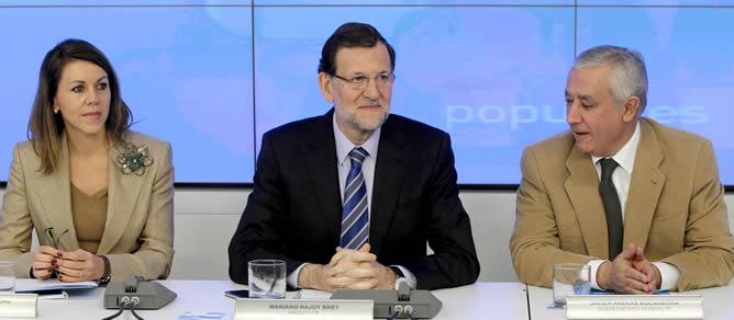 El presidente del Gobierno y del PP, Mariano Rajoy, junto a la secretaria general del partido, María Dolores de Cospedal, y el vicesecretario Javier Arenas, al inicio de una reunión extraordinaria del Comité Ejecutivo Nacional de los populares. Se espera que den explicaciones sobre el 'caso Bárcenas'.