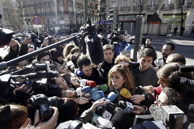 La presidenta del PP catalán, Alicia Sánchez-Camacho, es abordada por numerosos periodistas a la entrada de la sede del Partido Popular, en la madrileña calle Génova, donde hoy se celebra una reunión extraordinaria de su Comité Ejecutivo Nacional.